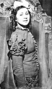 Студентка 3-го курса Московского еврейского театрального училища Рита Гендлин в роли дона Хиля, он же донья Хуанита в курсовом спектакле Тирсо де Молина «Дон Хиль — зелёные штаны». 1945 г. Личный архив Ф. Миндлина.
