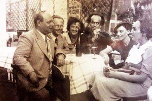 На групповом снимке: Поэт Авраам Шлёнский с друзьями по группе «Яхдав» («Вместе») в кафе «Арарат» (слева направо): Моше Лифшиц, Исраэль Змора, Люба Гольдберг, А.Шлёнский, Лея Гольдберг, Йохевед Бат-Мирьям. Тель-Авив, 1938