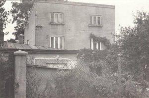 Это дом деда в Перемышле, который он построил перед войной. После войны отец продал этот дом, а эта фотография сделана в 1965 году, когда отец с матерью приезжали в Польшу