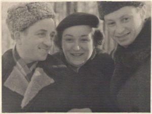 На фотографии, сделанной во время учебы Леона в Академии Жуковского в начале пятидесятых, Леон Шурка с женой (кажется, ее звали Дорота) и наш папа.