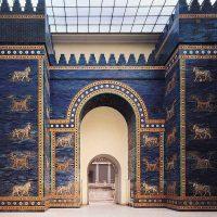 Восстановленные ворота Инанны (Иштар) в берлинском музее Пергамон. Это восьмые ворота внутреннего города в Вавилоне, посвящённые богине Иштар. Построены в 575 году до н. э. по приказу царя Навуходоносора, остальные постройки того времени не сохранились. Стены ворот покрыты перемежающимися рядами изображений сиррушей и быков.