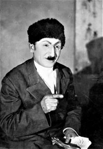 Артист И. Миндлин в роли Пардон Курбан Али в спектакле Бакинского ГОСЕТа «Хаят» по М. Ибрагимову. 1939 г. Личный архив Ф. Миндлина
