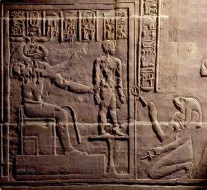 Фреска храма Исиды на острове Филе (Нил) с изображением богини Хекат, сидящей возле гончарного круга бога Хнума, и дающая жизнь только что сделанным Хнумом из священной глины фигуркам людей