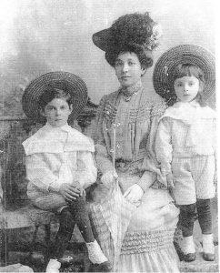 Анна Ефимовна Лунц с сыновьями Яковом (слева) и Львом. 1905г.