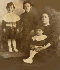 Вера Альтшуллер с детьми(у нее на коленях мой будущий папа Яков), стоят Фира и Рафа, 1912