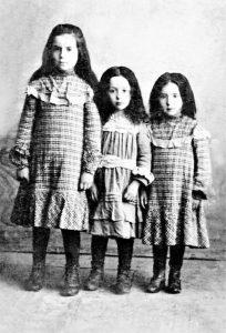 Лиза Фельдшер (крайняя справа) в детстве