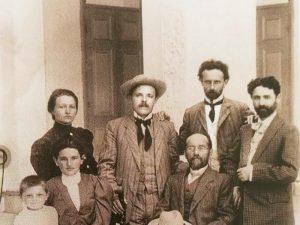 На коллективном фото: Ривка Гутман (внизу вторая слева) с друзьями семьи. В шляпе ― поэт Х.-Н. Бялик