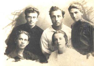 Яков с товарищами по борьбе в период подготовки акции 7 ноября. Одесса, сентябрь 1929 г.