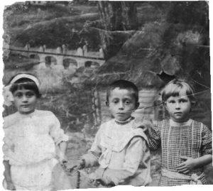 Крайняя справа — Ида Семеновна Тарадай, Новоархангельск, 1912-1913 г.г.