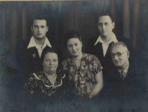 Тарадай Вера Тимофеевна, Петр Семенович, Наум Петрович и Елена Петровна с мужем