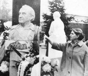 Михаэла Галкина, скульптор. Дочь поэта С. Галкина и жена поэта И. Борисова (у памятника отцу)