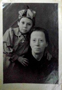 Тауба/Таня Темкина-Перельман с внучкой Риммой Хавкиной, Николаев, 1946 г.