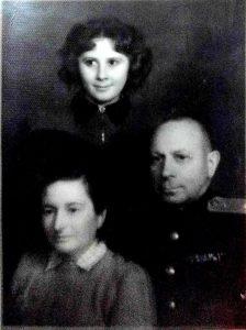 Лев Хацкелевич Темкин с женой Ольгой и племянницей Арнессой Темкиной, Новоборисов, 1953 г.