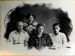 Семья Темкиных, Барнаул, 1953 г. Сидят, слева направо — Яков Хацкелевич, Ревекка Ароновна, сын Толя стоит — дочь Арнесса