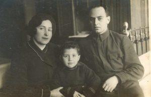 Семья Абрамских. Софья Исааковна Сорокина-Абрамская, сын Леонид, Израиль Яковлевич Абрамский, 1940 г., Херсон