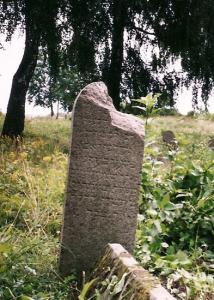 Надгробие М.-З. Фейерберга вскоре после обнаружения летом 2005 г.
