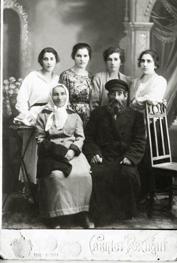 Абрам Хазин с женой и дочерьми (слева направо) — Рися, Инда, Гитл, Злата
