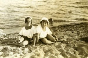 Дима Хазина (слева) и Нэлла Рубинштейн, Евпатория, 1935 (девочкам 10 лет)