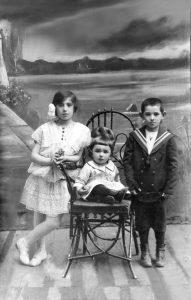 Зина, Лиля и Мотык Авербух, Волочийск, 1916