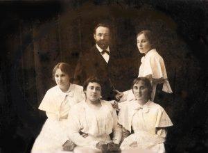 Н.А.Пузанкевич, рядом Лена, ниже П.Сильвия, справа Тася слева Муся