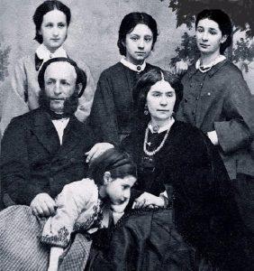 И.Айвазов с семьёй. Жанна Арцеулова на коленях у отца