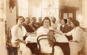 День именин Муси. Сильвия с кошкой, Муся справа; на противоположной стороне стола — Н.А.Пузанкевич