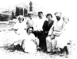 На отдыхе. Сильвия рядом с Николаем Артёмовичем, около него — Лена