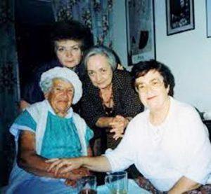 Проф. математики Шошана Камин (вверху), певица Нехама Лифшиц и скрипачка Левия Гофштейн с моей мамой, 1996