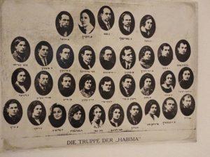 «Габима» в Германии во время гастролей в Европе (Хава Эйдельман третья справа в нижнем ряду)