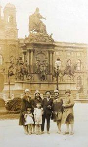 Вена, 1926 год. Хава Эйдельман — крайняя слева