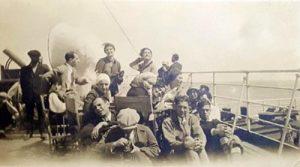 Пароход в Атлантическом океане. «Габима» плывет из Европы в Америку в начале 1927 г. Мама стоит в верхнем ряду слева