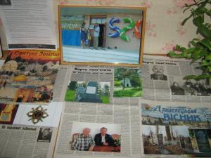"""Фотоколлаж: На верхнем плане вручение фотоллажа """"Праведники мира"""" на праздновании 520 годовщины села Зеленче, фото газет с материалами о Холокосте и фото автора с классным руководителем Вейхерманом В. С. в 2008 году, Израиль."""