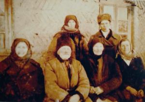 Фото №11: Иван и Екатерина Манькевич с соседями в селе Польный Мукаров – спасители семьи Вейхерман