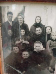 Фото №14: Михал Балух и Мария в кругу своей большой родни; фото 70-х годов, село Зеленче