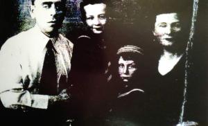 Фото № 16: Спасенная Роза Бармат (Лахман) с мужем и детьми; 1952 год