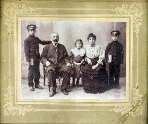 фотография Шабсая и Эстер с дочерью и двумя сыновьями