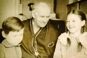 Дедушка с внуками Лилей и Вадиком