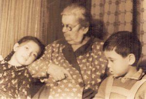 Моя прабабушка Рахиль (Руша) со мной и братом Вадиком
