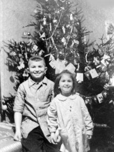 Идочкины дети Леня с Мариной у ёлки