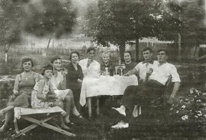 Яков Львович Экслер с семьей в гостях у сестры в посёлке Козельщина на Украине;Лето 1938 года