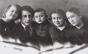 Кузены. Слева направо: Вика (Сашина дочь), Алик, Лева и Женя (Володины дети) и Надя