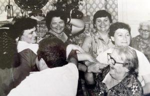 Двадцать пятая годовщина свадьбы Надежды и Леонида. Друзья Надежды, Надежда и Генриэтта. В глубине справа — бабушка Берта