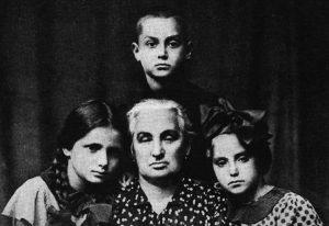 Рудашевский с бабушкой и сёстрами