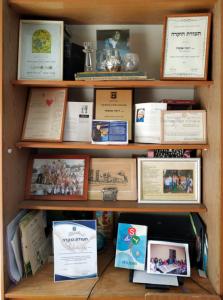 Материалы об амуте «ASTA» и её основателе в Римминой комнате в доме совместного проживания для жильцов «золотого возраста» в Иерусалиме. 2019
