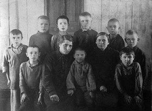 Надеждинские мальчишки и я среди них — с мамой и ее помощницей по школьной работе. 1942