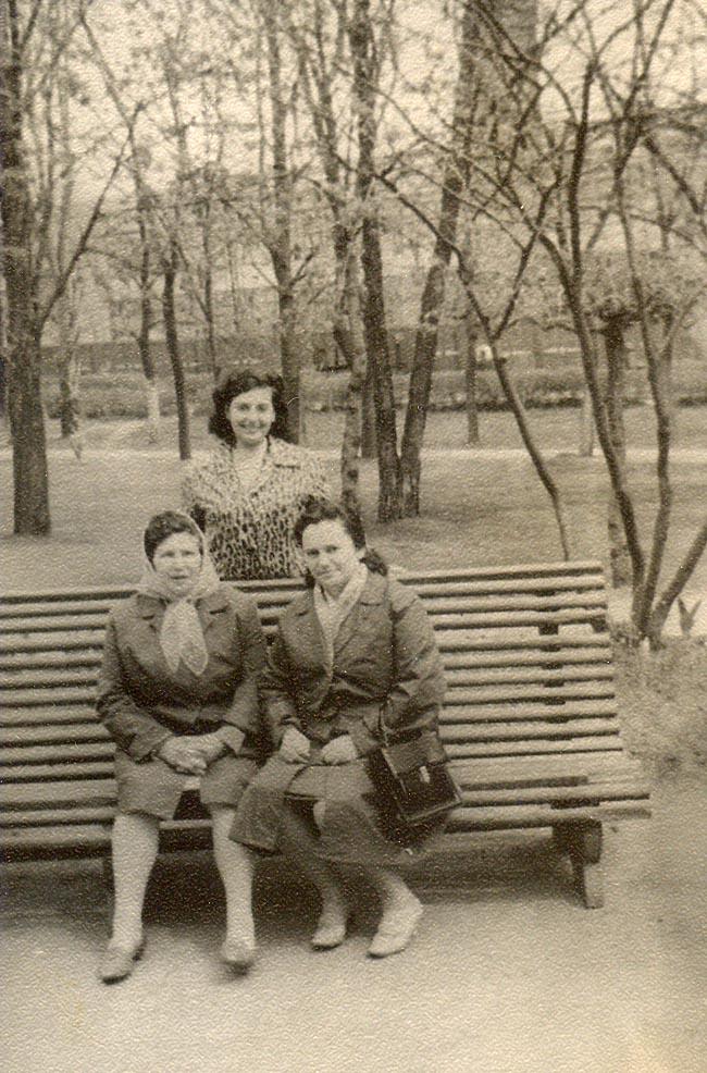 Сидят, слева направо —Евгения Афраимовна Бенционова-Гиль, Ида Вольфовна Гиль;стоит — Люба Шаргородская-Гиль, Харьков, 1971г.