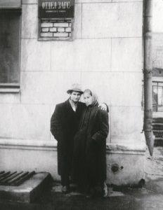 С Люсей у ЗАГСа. Москва, 1958 г.