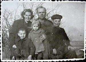 Григорий Лукич и Нина Константиновна Бубновы с детьми (слева направо) Юрием, Наталией и Валентином в 1948 г.