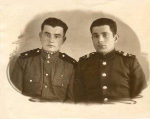 Владимир Борисович Гиль (справа) во время воинской службы, 1955г., Урал, г.Молотов
