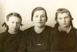 Марьям Моисеевна Гиль-Ивницкая с дочерьми Розой и Соней, Электросталь, январь 1948 года
